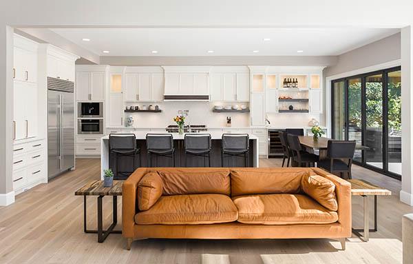 ombyggt vardagsrum och kök med öppen planlösning snickare stockholm