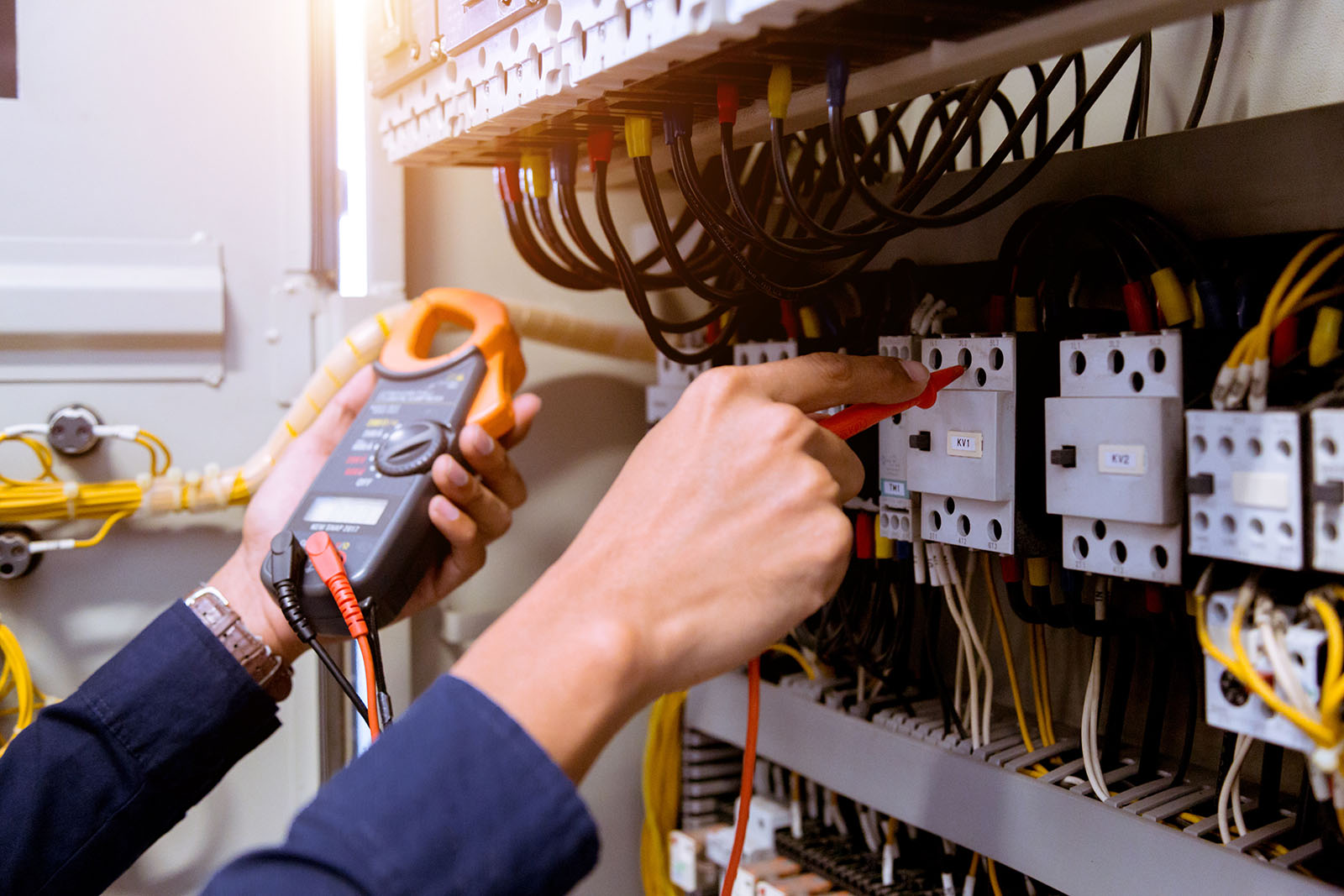 Som din lokala elektriker i Kungsbacka kan vi bistå dig vid alla typer av elinstallationer inom allt vad gäller såväl el och data som larm och säkerhet. Så här kan det se ut när vi jobbar!