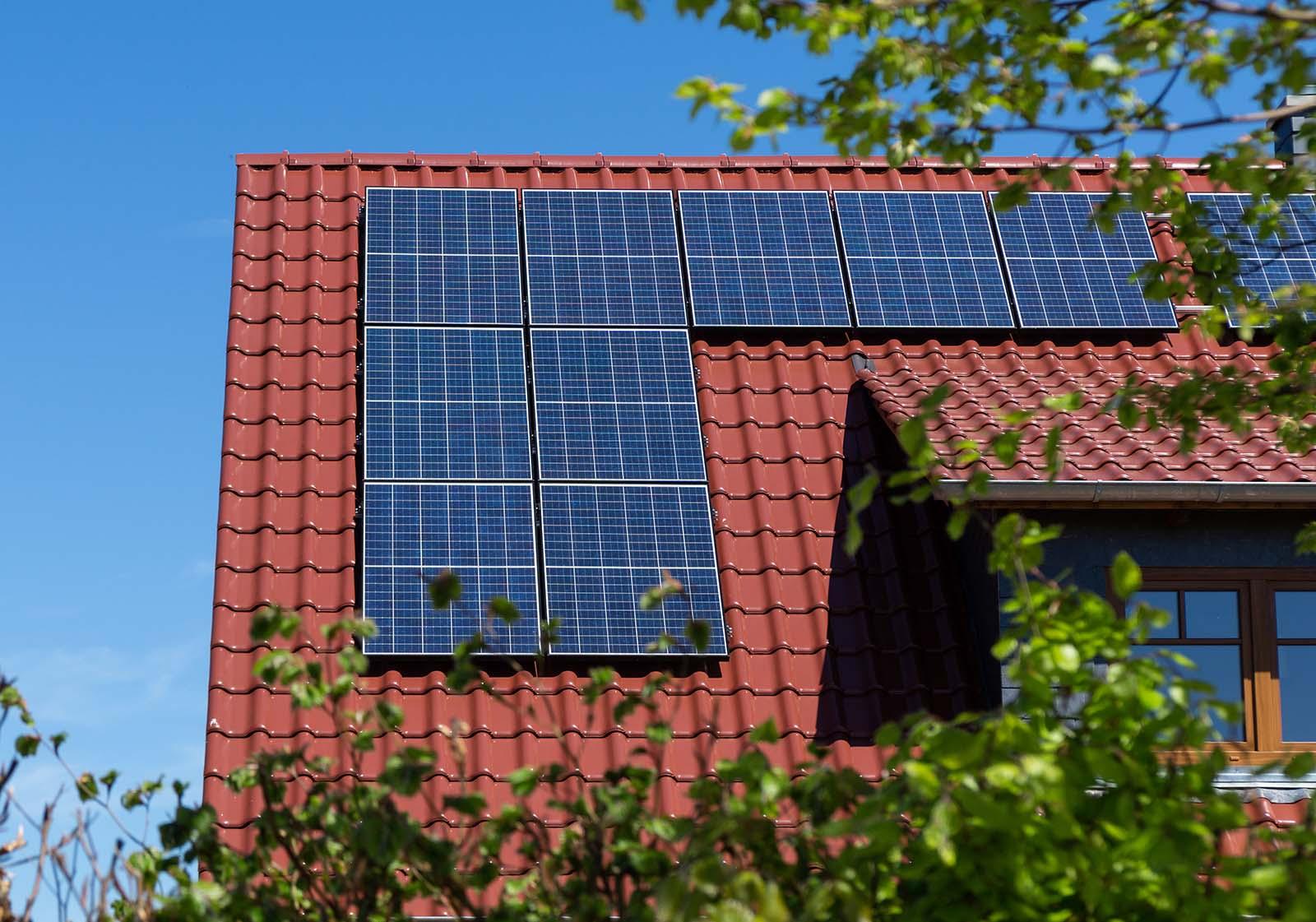 Solceller blir allt vanligare bland svenska husägare. Kanske är det dags för dig också att installera solceller i Kungsbacka!? Såhär kan solpaneler på ett tak se ut.