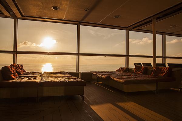 rum med solfilm på fönster