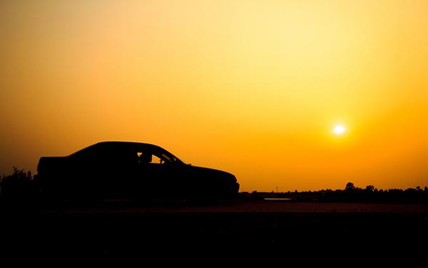 bil i solnedgång