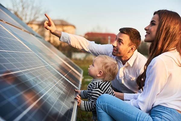 familj med solpaneler stockholm