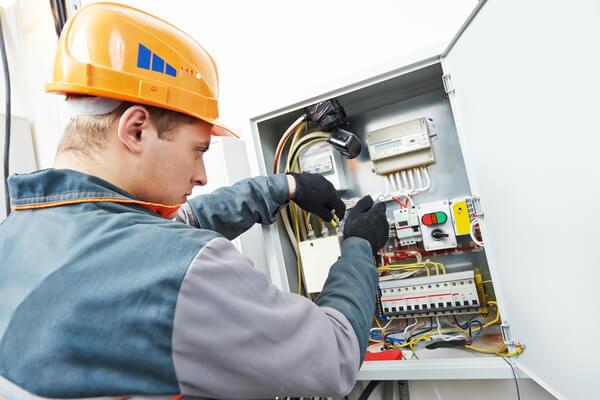 elektriker på jobbet