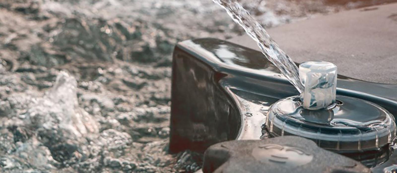 Vattenstråle i ett spabad.