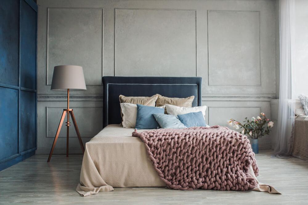 bäddad säng i sovrum