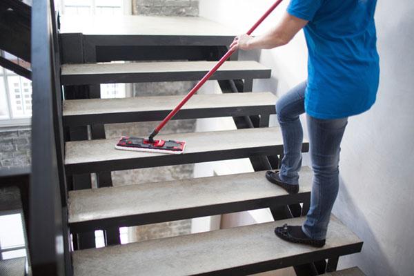 Noggrann städning i trappen
