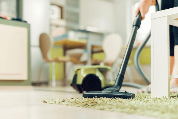 Dammsuga golvet och mattan