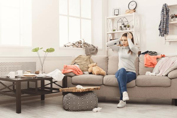 En kvinna sitter på soffan