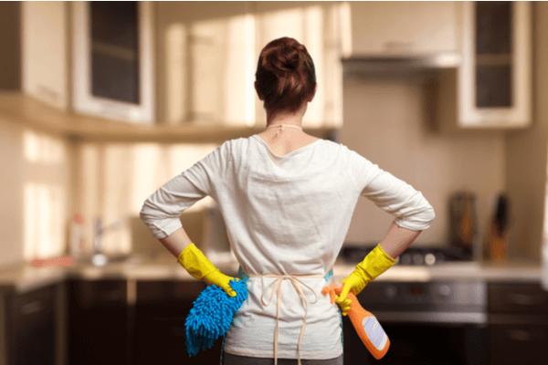 En kvinna håller på att städa