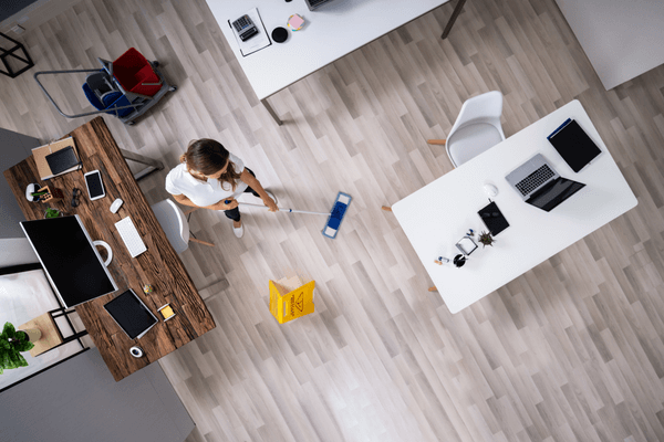 En kvinna moppar golvet