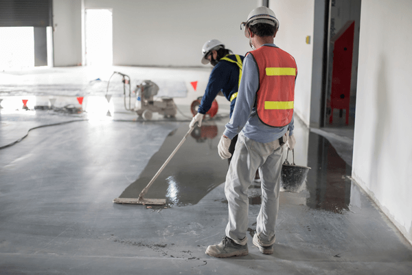 Två män städar på byggplatsen