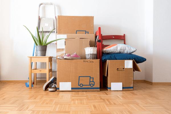 Flyttkartonger och personliga saker som ligger på golvet