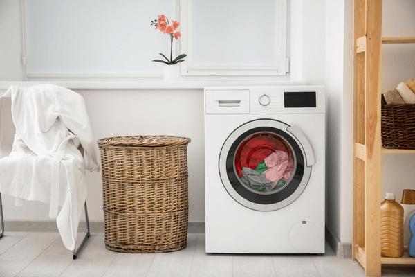 En vit tvättmaskin