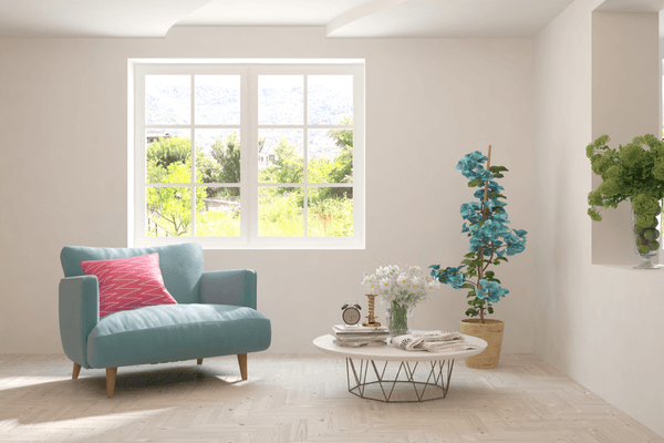 Vardagsrum med soffa, soffbord och växter