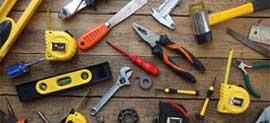 verktyg utlagda på bord