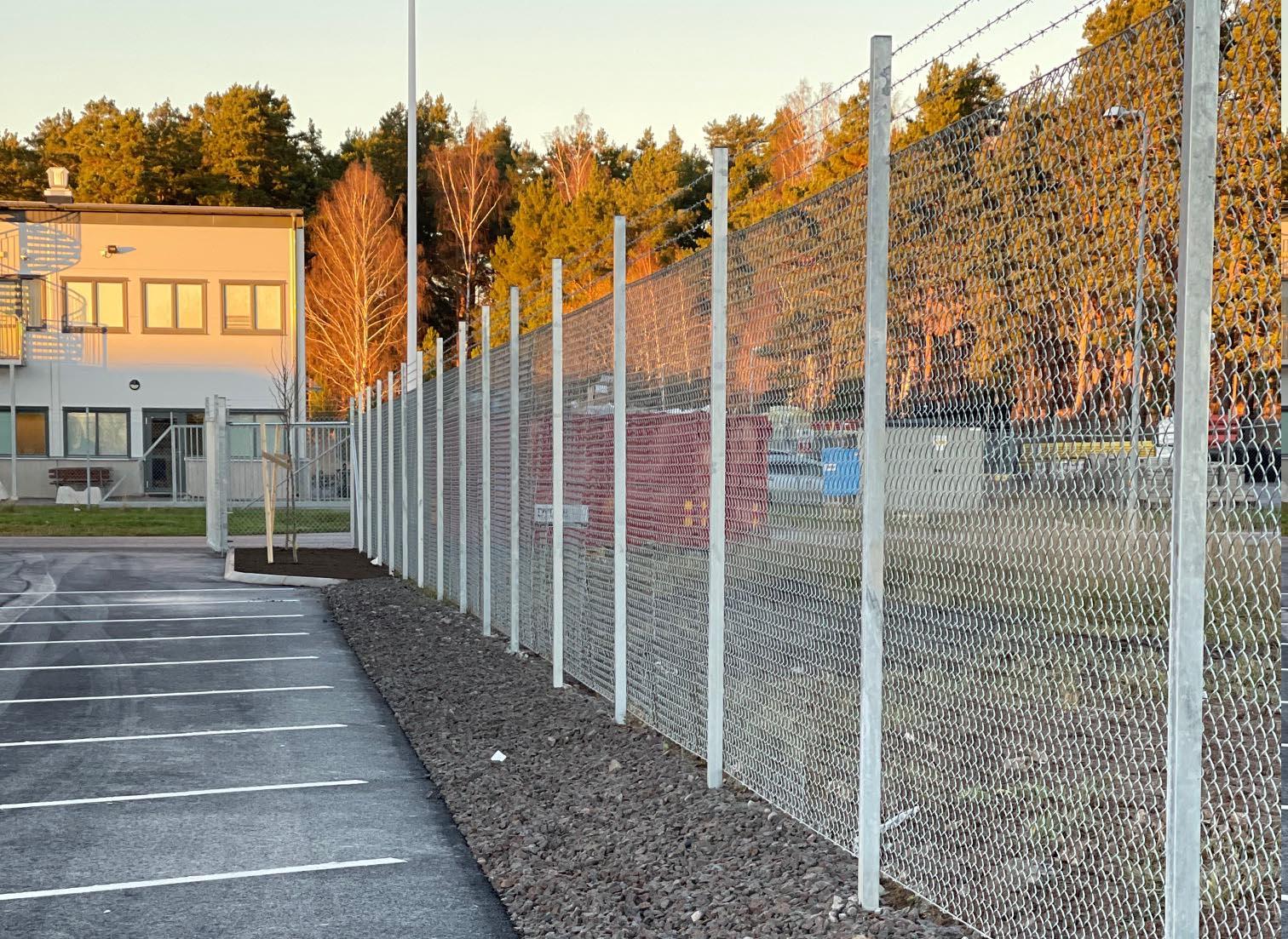 Stängsel vid parkeringsplats i Östergötland.