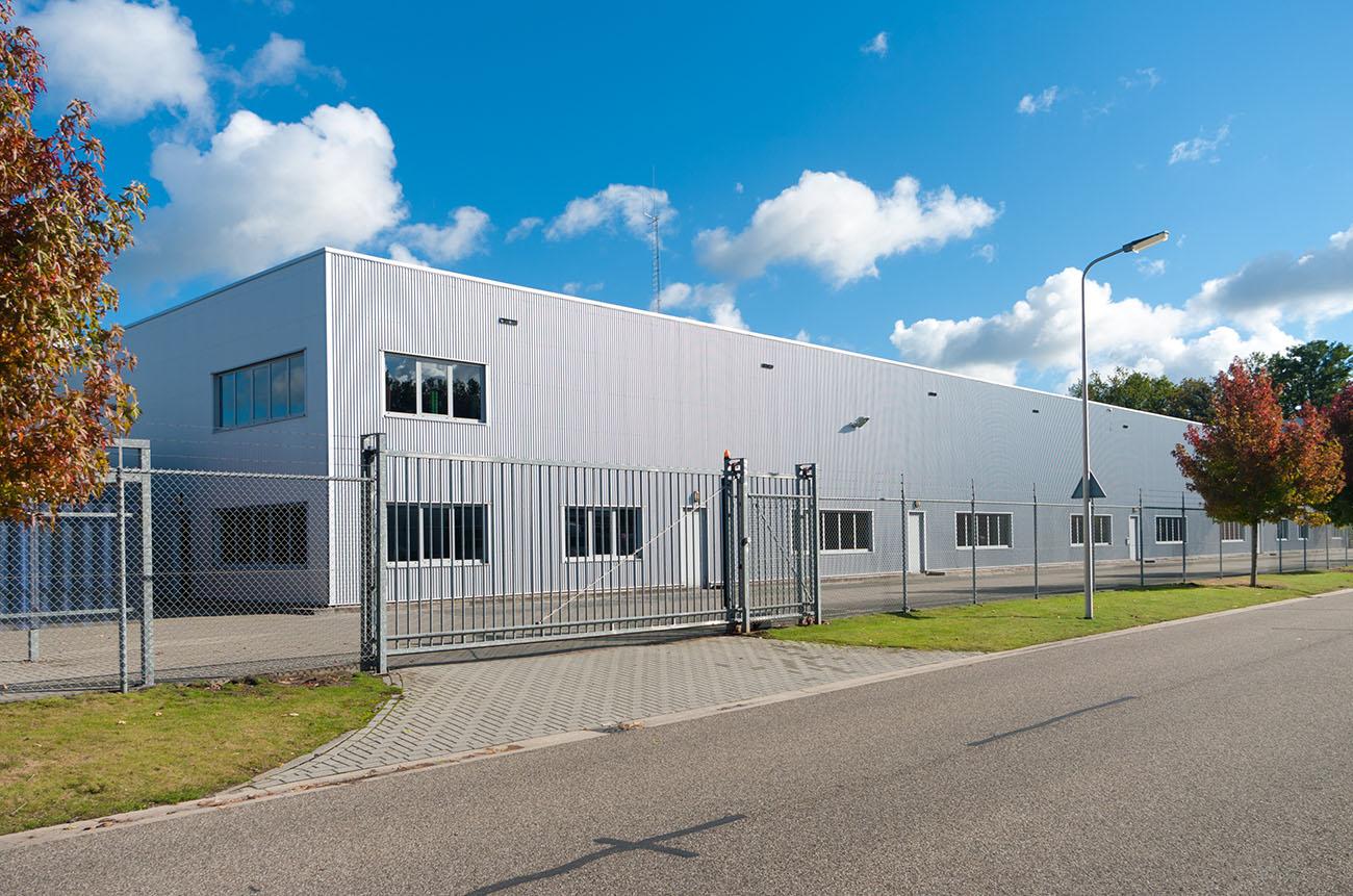 Kontakta oss för stängsel i Kronoberg. Vi har både industristängsel, villastängsel samt djurstängsel.