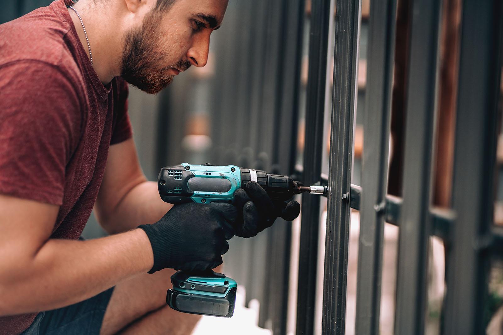 Vi tillverkar, levererar och monterar våra stängsel i Skåne.