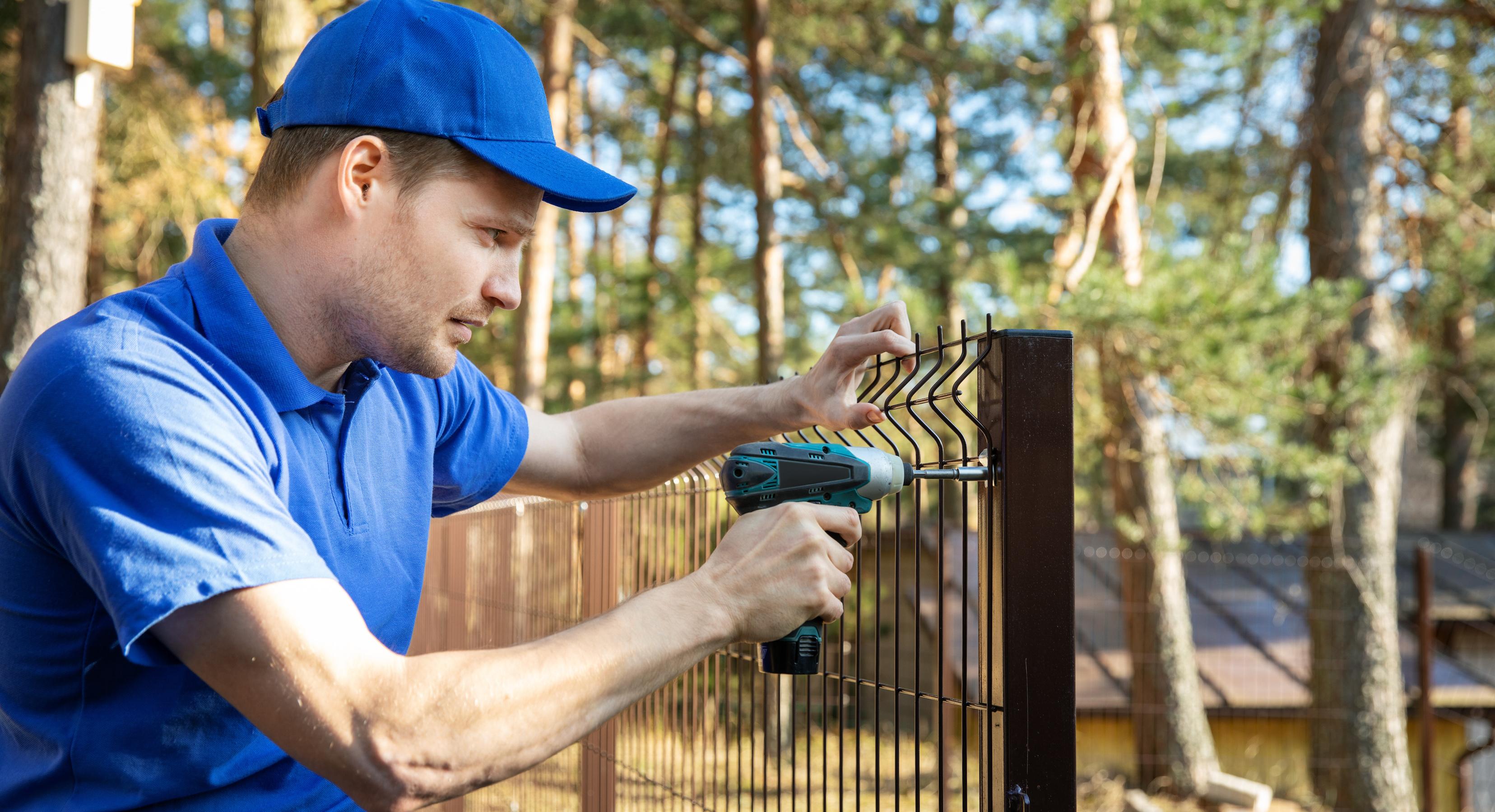 Vi reparerar stängsel i Uppsala