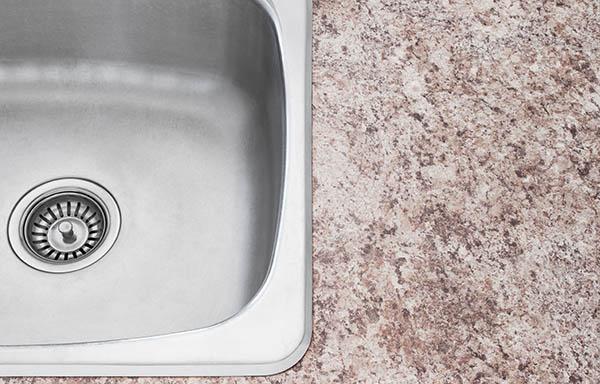röd granit vid vask i bänkskiva