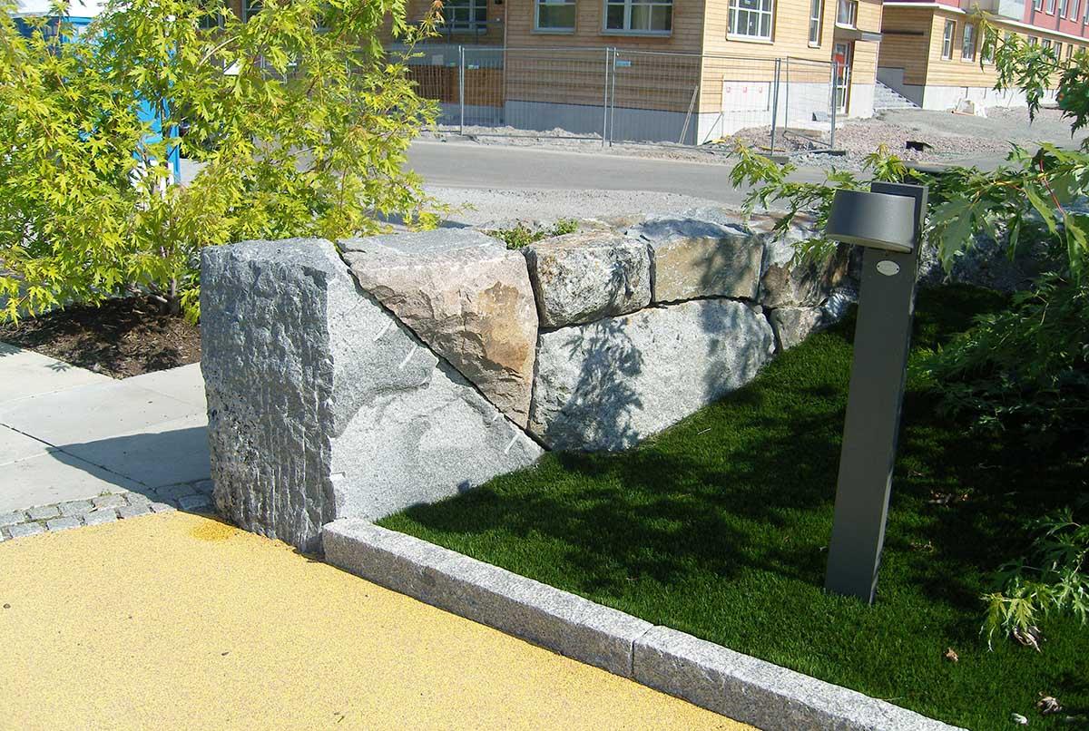 Vi utför olika arbeten av sten i Stockholm, här en stenmur utmed en väg.