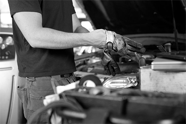 En mekaniker på en Bilverkstad i Malmö