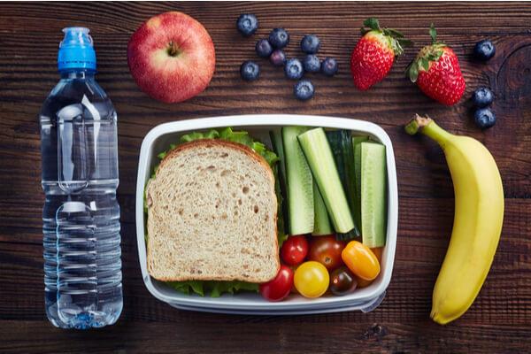 frukter, vatten och god nyttig lunch