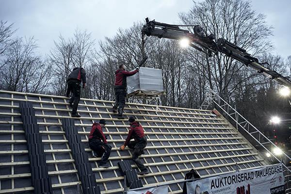 takpannor lyfts upp på tak  takläggare göteborg