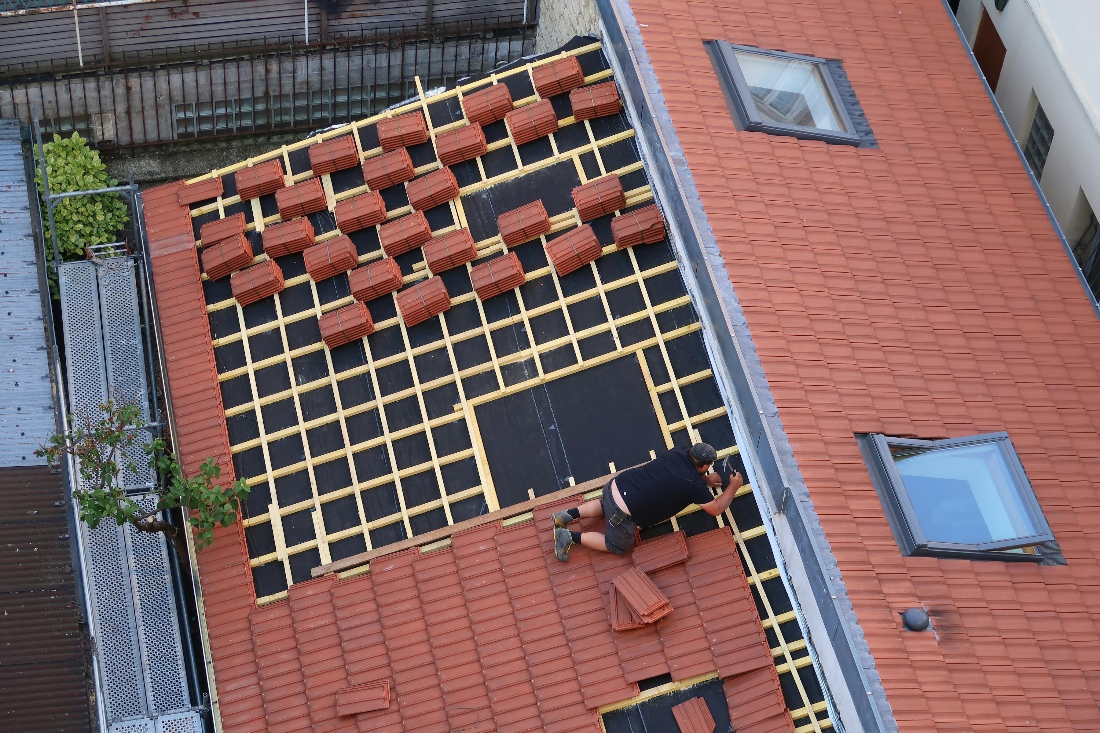 Vi lägger tak med tegel