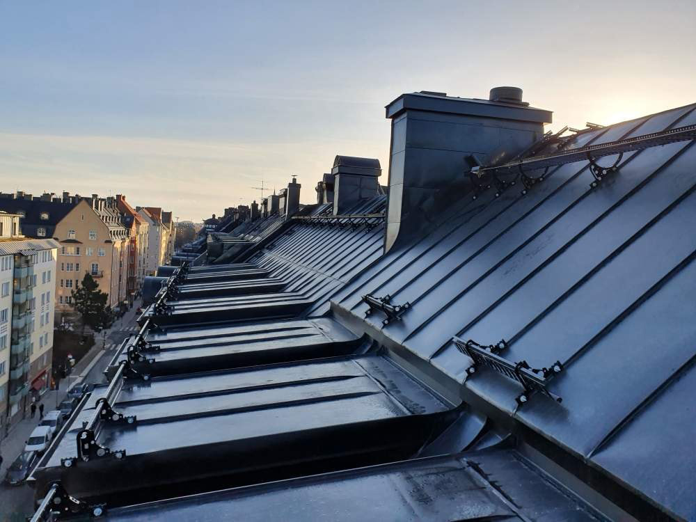 Vänder er till oss för takläggare i Haninge. Vi har erfarna och certifierade takläggare i Haninge.