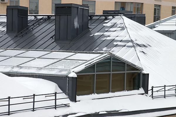 snöigt plåttak