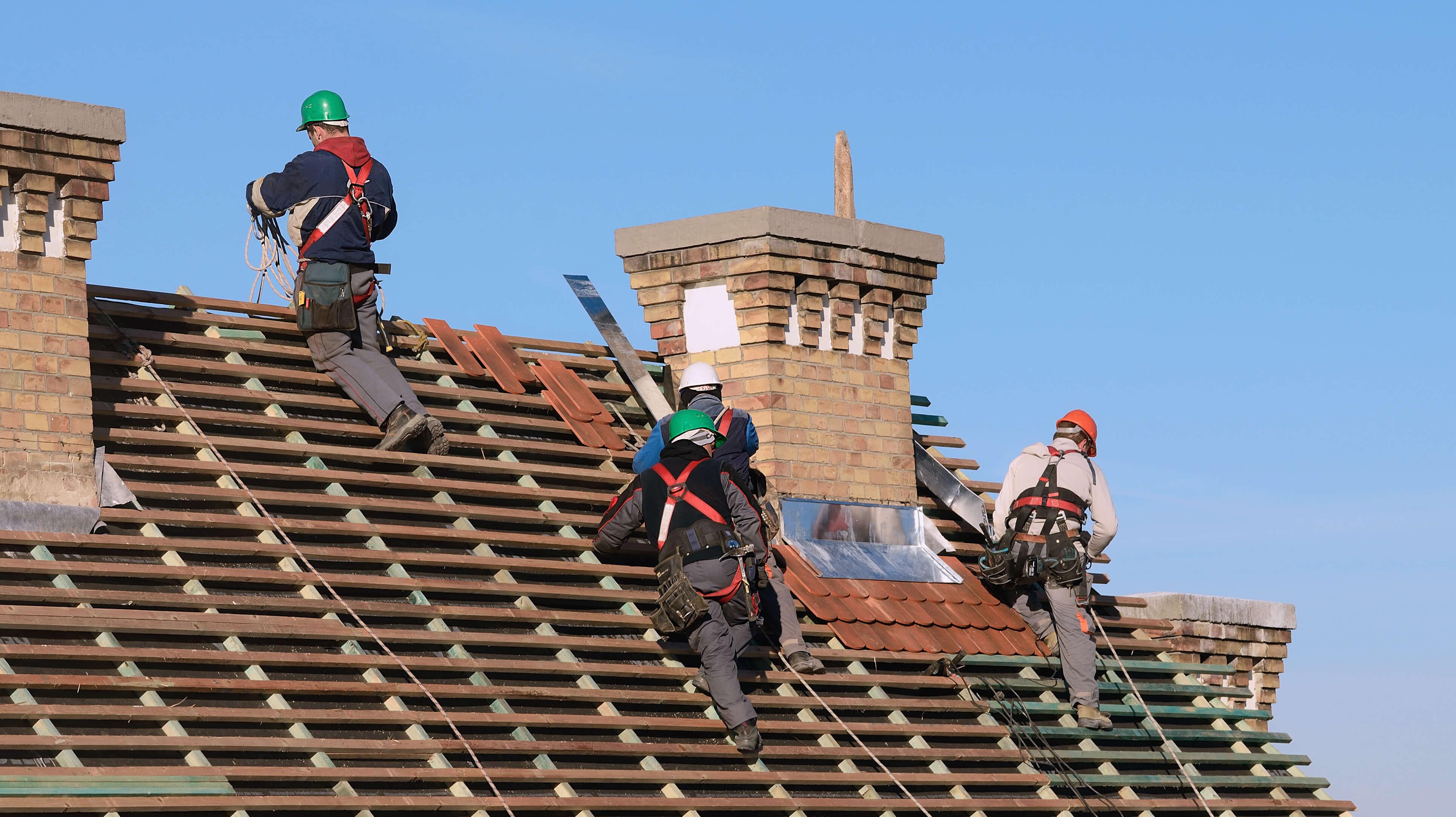 Kunniga takläggare i Karlstad lägger tak.