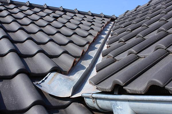 nytt tak med svarta takpannor i Örebro