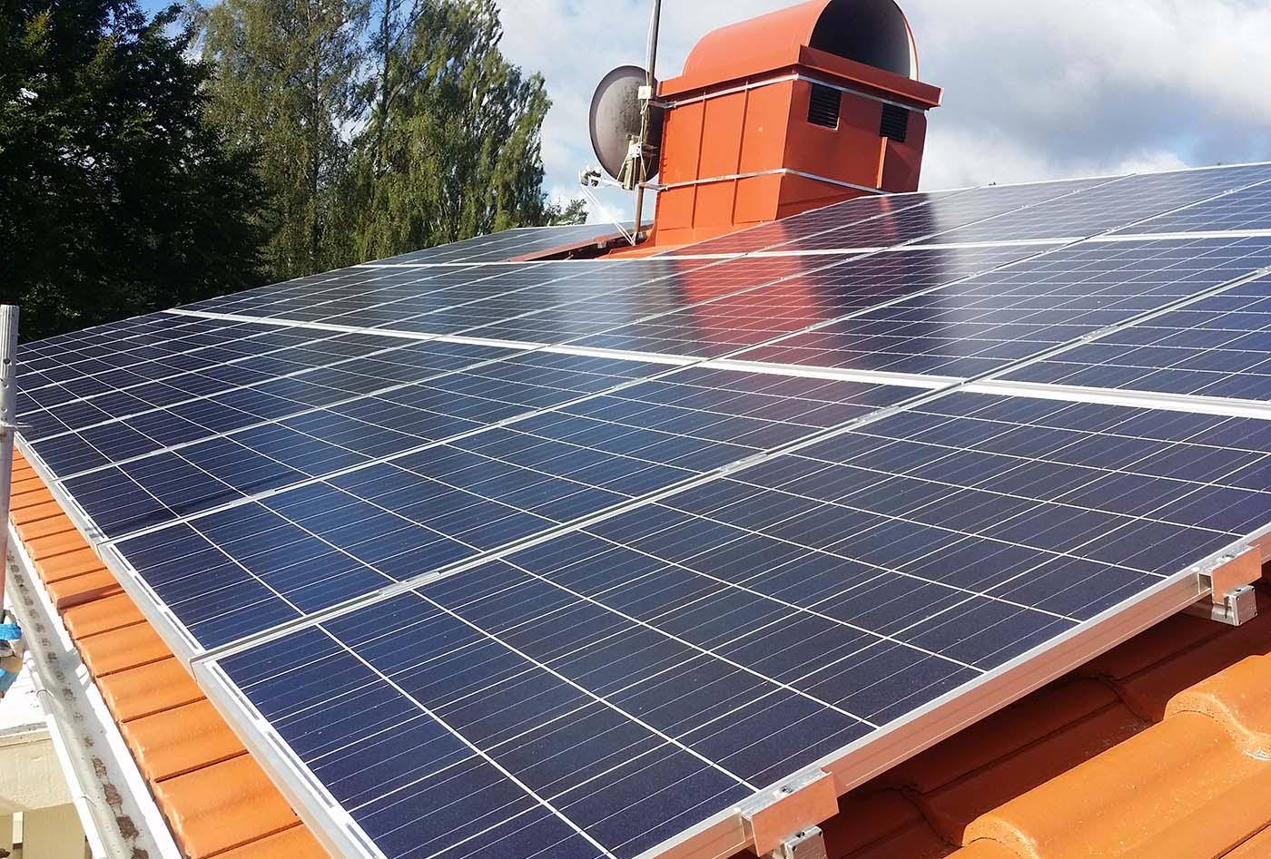 Vårt företag erbjuder även installation och montering av solceller, som här på ett tegeltak.