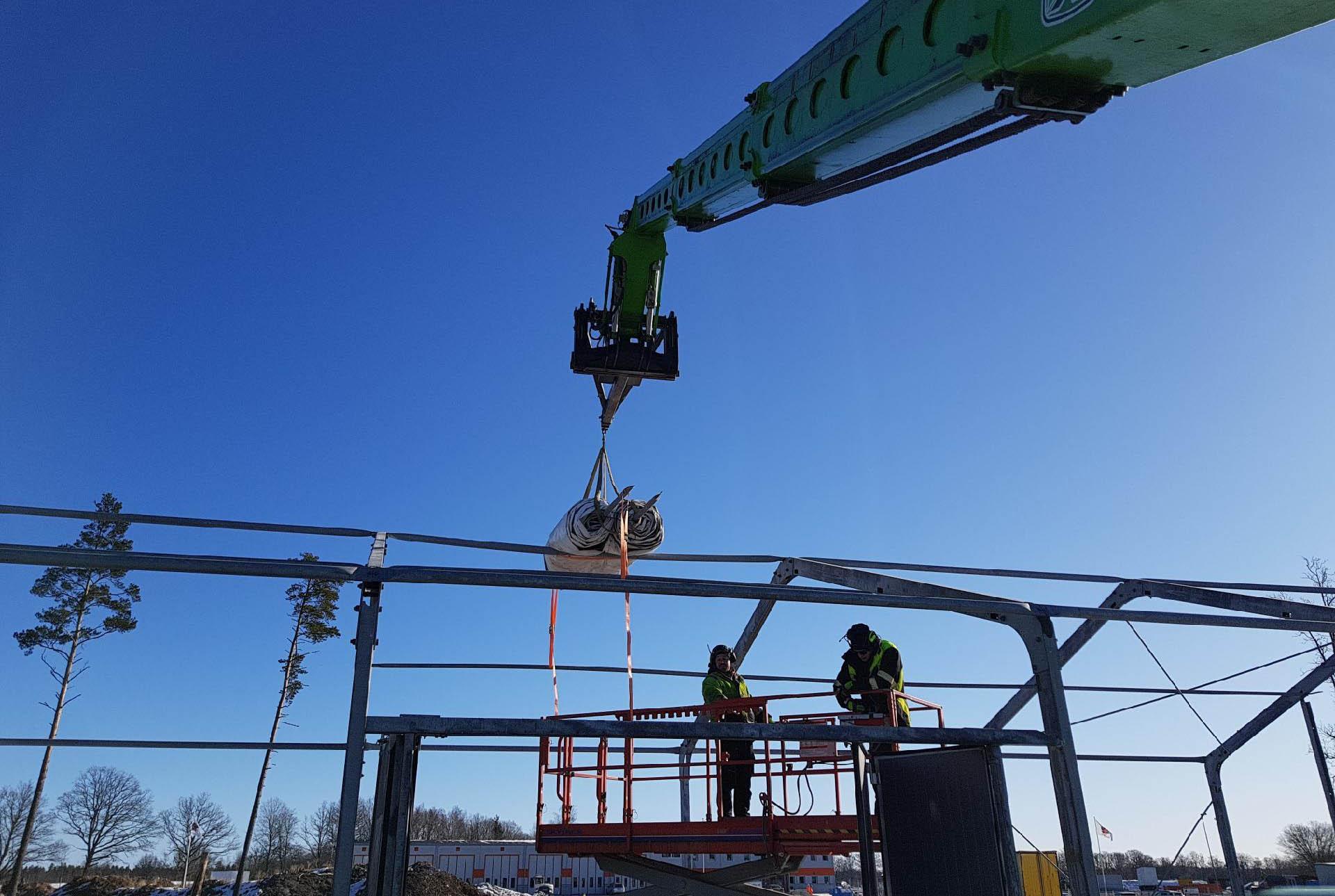 Våra takläggare i Växjö har stor nytta av vår teleskoplastare för att lyfta material till tak.