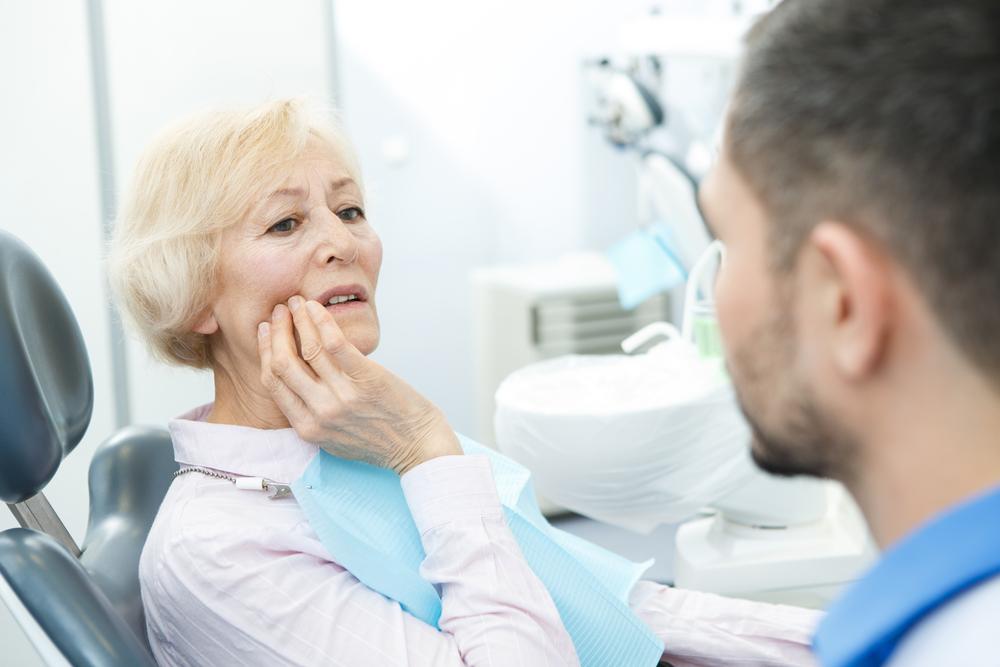 Tandläkare lägger in tandimplantat