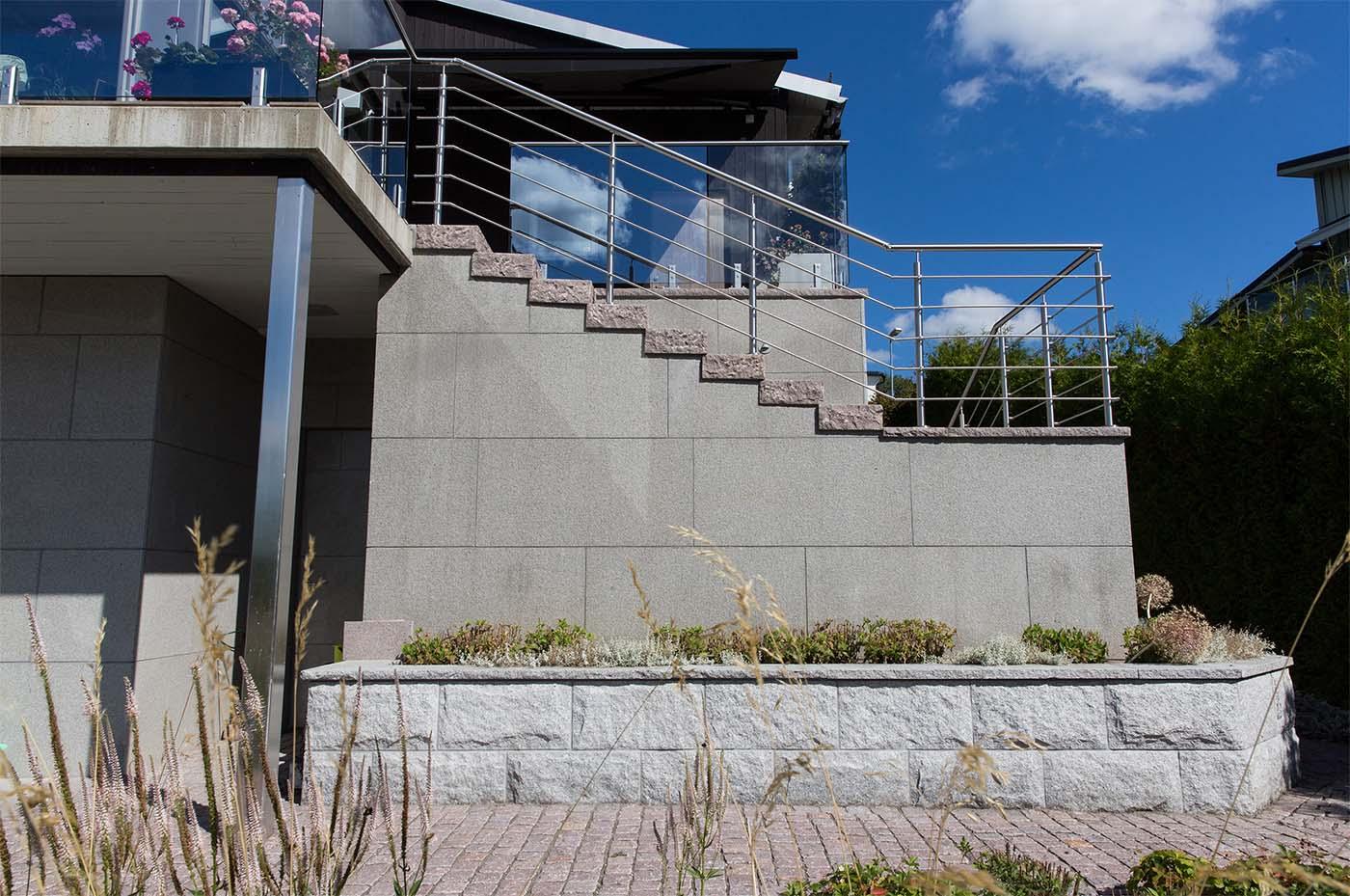 Vårt stenföretag sysslar även med trädgårdsanläggning i Stockholm där vi hjälper till med olika stenuppdrag som här en stenfasad med stentrappa.