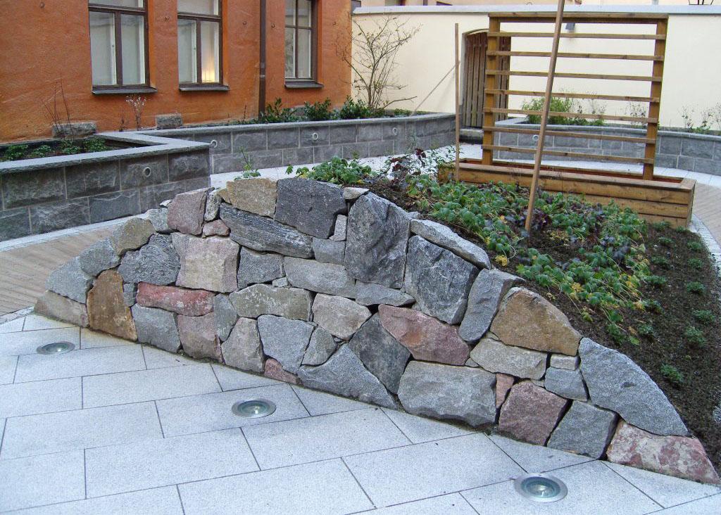 Här har vi gjort en så kallad kallmur åt en bostadsrättsförening i Stockholm och deras innergård.