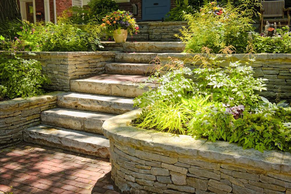 Vi utför även trappor och avgränsningar av sten för era planeteringar under er trädgårdsanläggning i Stockholm.