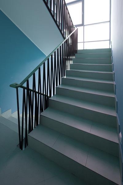 ljusblått trapphus