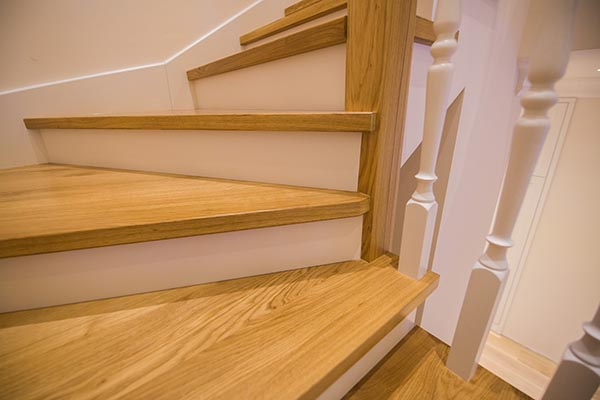 vacker renoverad trätrappa