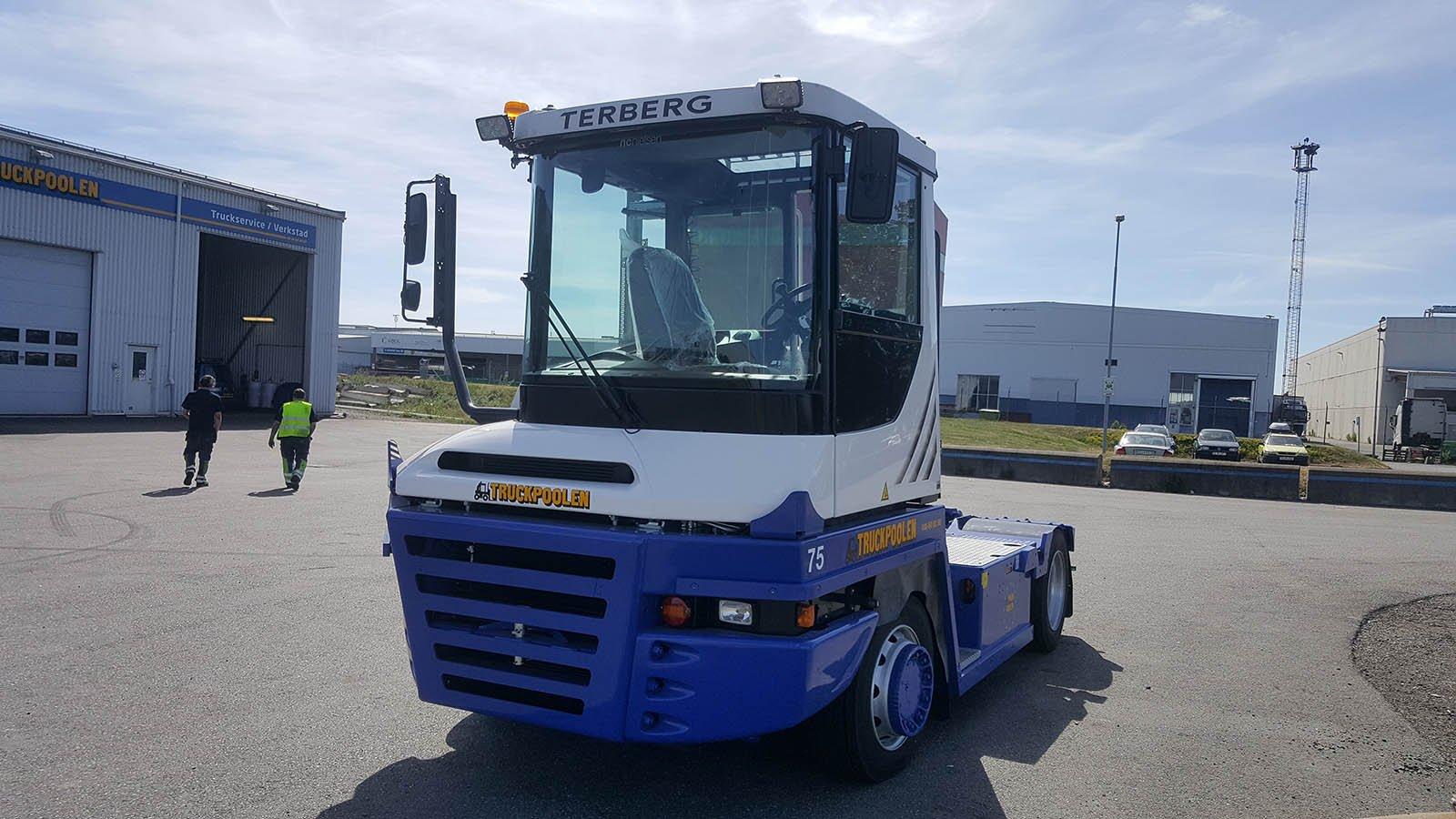 En blåvit truck utanför en verkstad som utför truckservice i Göteborg.