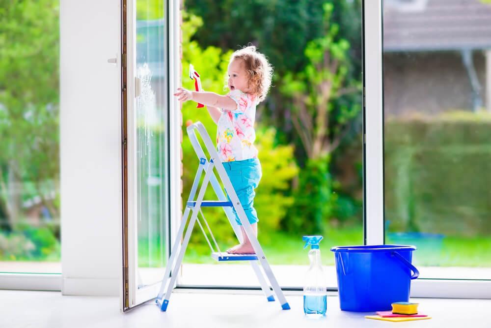 barn tvättar fönster