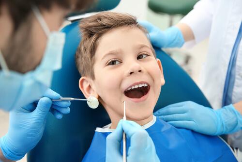 pojke hos tandläkare