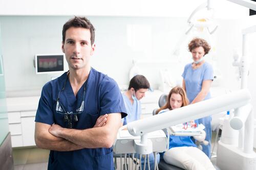 tandläkare i tandläkarrum