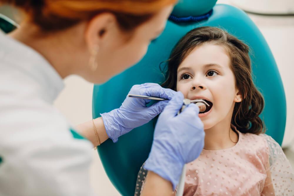 flicka hos tandläkare