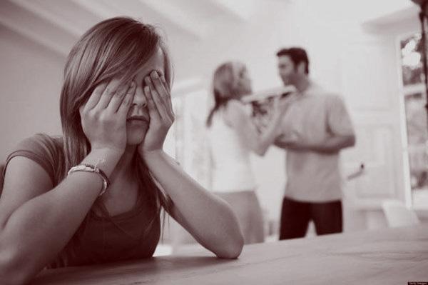 flicka med familj som grälar