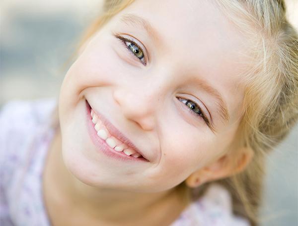 glad flicka ensam vårdnad