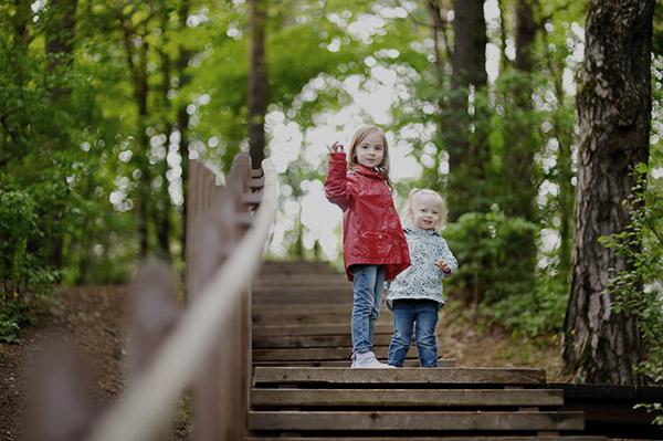 vårdnad syskon på skogspromenad i varberg