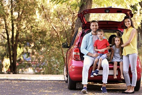 glad familj i bil